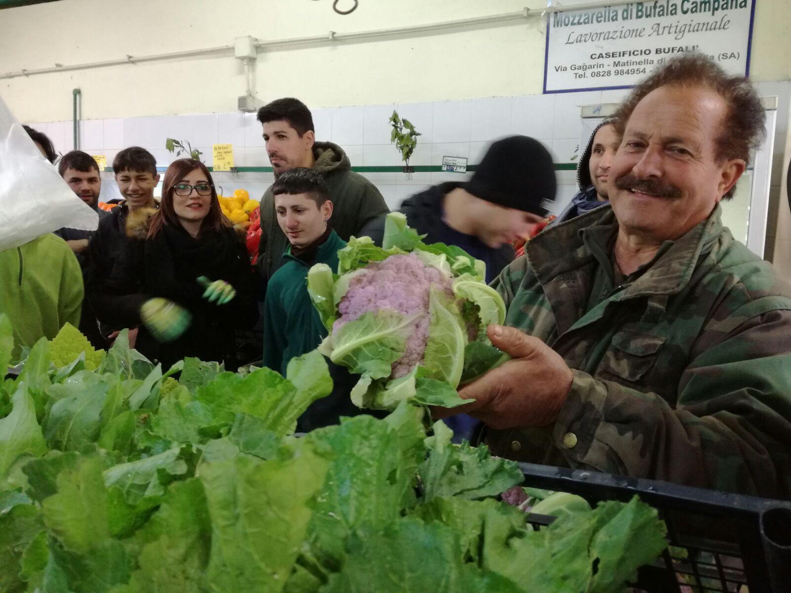 I giovani partecipanti al corso di orticoltura e giardinaggio di Borgo Ragazzi Don Bosco nel negozio dell'azienda agricola D'Alesio