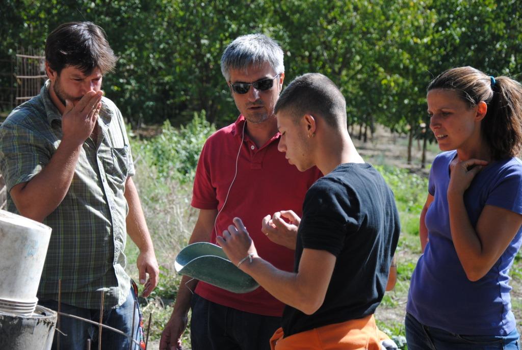 """Andrea Zampetti, pedagogista di Kairos, impegnato con il progetto di agricoltura sociale """"Campi Aperti"""" al Casale di Martignano"""