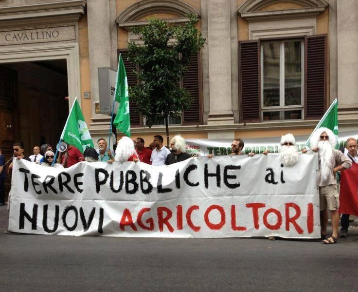 Sit in della Cooperativa Coraggio per l'affidamento delle terre pubbliche a Roma